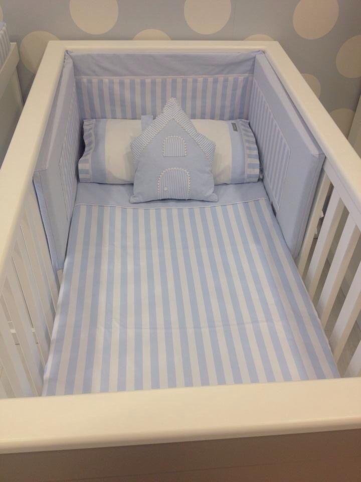 Kit cuna raya ancha azul Compuesto por: juego de sábanas completo, funda nórdica reversible y chichonera con relleno.