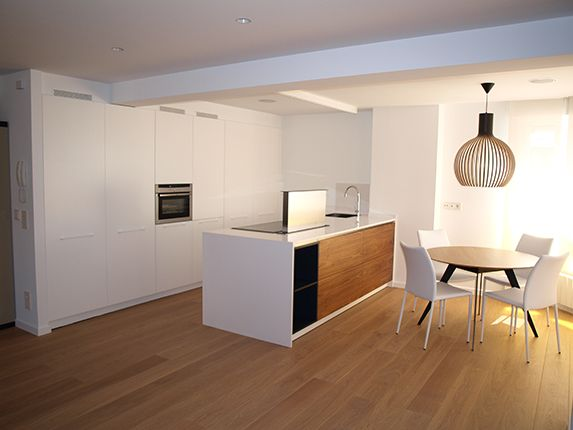 Uno de los recursos más de moda entre los decoradores de cocinas es la limpieza y elegancia que proporciona el blanco, especialmente en las tendencias que vienen desde Escandinavia, como ya se trató recientemente en nuestro blog.
