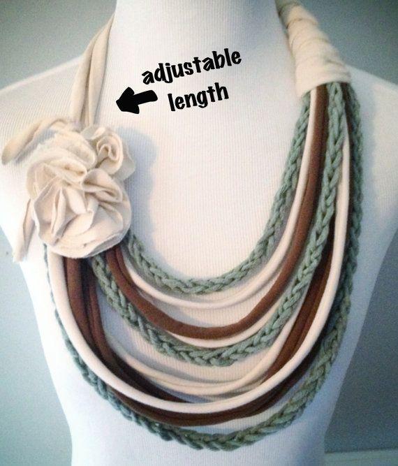Questa collana è una bella miscela di texture e colori... con un tocco di pizzo!  Costruito da t-shirt 100% cotone riciclato e dito capi di filato di cotone a maglia.  La cravatta sul collo permette di regolare la collana per la lunghezza perfetta. Legato alla lunghezza più corta, il filo inferiore cade ~ 7 sotto la clavicola. La lunghezza più lunga, colpisce la parte inferiore ~ 9,5 sotto losso del collo.  Le misure di abbellimento floreale ~ 3,5 x 2.5  Ogni petalo di fiore e strand è stato…