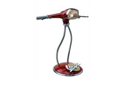 Recicla y Decora. Una moto Vespa transformada en un escritorio y una butaca