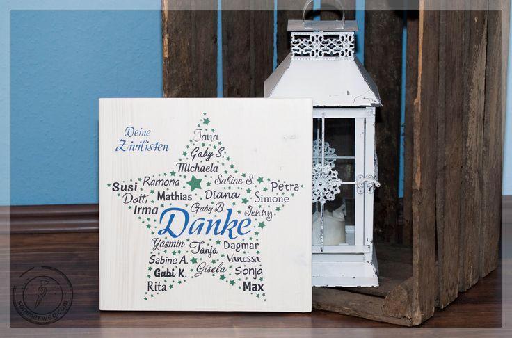 Ein Holzschild zum Abschied mit Stern-Motiv, darin alle Namen der Kollegen verteilt um das Wort Danke. Farbig.