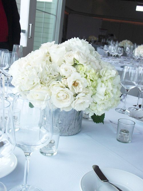 17 best images about wedding table centerpieces white low arrangements mari - Fleurs table mariage ...