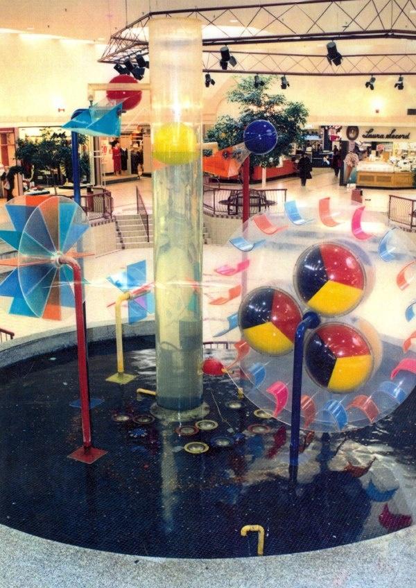 Fontaine au centre d'achat du Carrefour de l'Estrie il y a au moins 20 ans :)