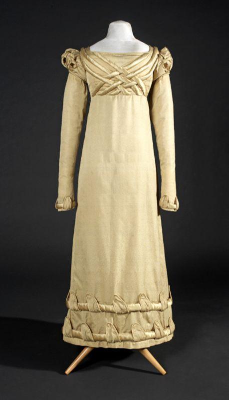 Nombre del objeto: vestido Lugar de ejecución: Francia Datación: 1815 - 1820 Material: satén