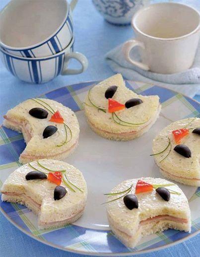 toast rillettes de thon ou tarama en forme de chat. nez carotte, yeux olives, moustaches ciboulette