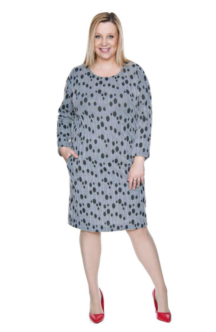 Szara sukienka w czarne kropki - Modne Duże Rozmiary