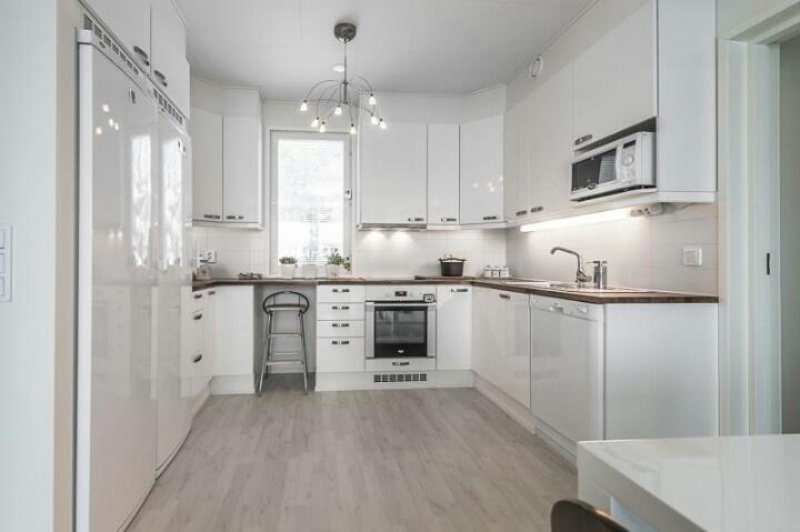 Kuulakas valkoinen keittiö  valkoinen keittiö  Pinterest