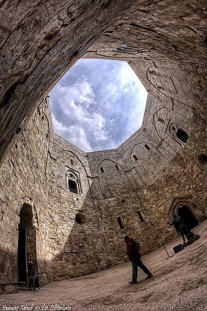 Castel Del Monte #Italia Castel del Monte se encuentra a 18 km de la ciudad de Andria específicamente en los alrededores del pueblo de Santa Maria del Monte. Su fama se debe principalmente a su planta de peculiar forma octogonal. En cada esquina se levanta una torre de la misma geometría. El octógono principal cuenta con una altura de 16,10 m, las torres miden 26 m cada una.