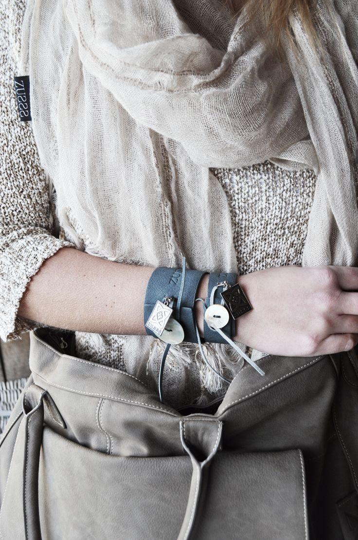 Zusss | Smalle en brede leren armbanden in een grijs blauwe kleur.