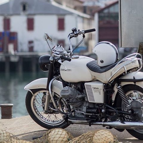 Dile a tu #motoguzzi que te lleve a un lugar así, agua,casas bajitas... #weekend #v8racer #city #road #village #water #moto #guzzi #motor #bike #motorbike #cafe #caferacer #custom #scrambler #rider