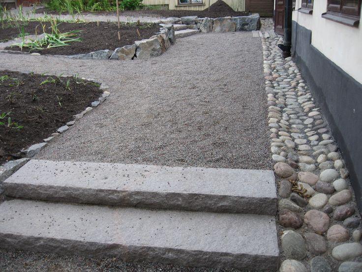 Stenläggning längs med husgrunden för prydligare, mer etablerat intryck. Stort grus/kross funkar också men kan se mer modernt ut.