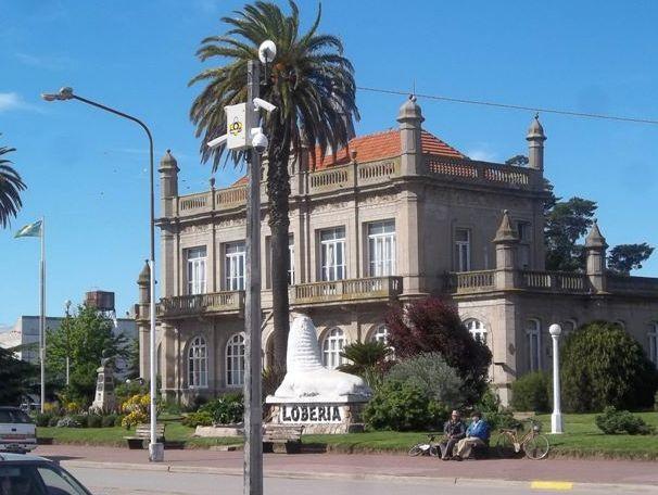 Loberia. palacio Municipal sobre avenida San Martín