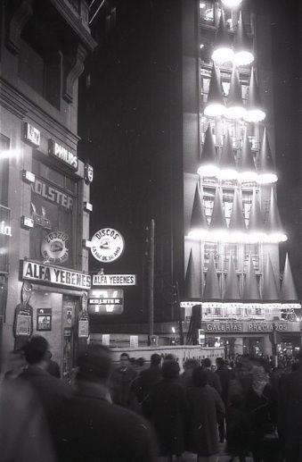 Iluminación navideña en la Plaza de Callao (Madrid), fotografía tomada por Pepe Campúa el 20 de diciembre de 1965