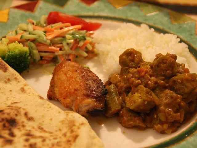 オクラとレンティル(レンズ豆)のカレー   インドじゃあ定番?ベジタリアンの多いインドでは豆と野菜のカレーの種類が豊富らしい。これもその一種! ネバネバが美味しい。 tenakoto88   材料 オクラ 250g レンティル(レンズ豆)缶 400g 玉ねぎ(みじん切り) 2個分 油 大さじ3 トマト水煮缶 400g コンソメキューブ 1個 水 100ml カレー粉 大さじ2 ガラムマサラ 大さじ 塩 適宜 胡椒(ブラックペッパー) 少々 ナチュラルヨーグルト 50ml 作り方 1 玉ねぎをみじん切り、オクラは1~1.5センチ程度の輪切りにする。 2 レンティルは缶からザルに出して水気を切っておく。 3 玉ねぎを大さじ3の油でよく炒める。 トマトの水煮缶を汁ごと加え、トマトをよく潰しておく。 4 オクラ、レンティルを加え、水100ml、コンソメキューブを加え、ひと煮立ちさせる。 5 カレー粉、ガラムマサラを加え、味を見て塩、胡椒を足す。 6 ナチュラル・ヨーグルトを50mlほど加えて、良く混ぜ出来上がり、、(^_^)v コツ・ポイント…