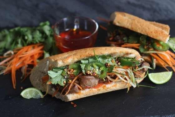 Este sándwich típico de la cocina vietnamita, consiste en una crocante baguette , untado con una mayonesa especiada, carne vacuna o de pollo marinada, y vegetales encurtidos y cortados en juliana, como zanahorias, cebolla, cilantro, pepino y cebollino.