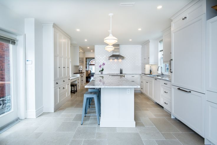 © Design: Countrywide Kitchens & Floorings inc.  ///  Glamour luminous hardwood classic kitchen, with white classic doors