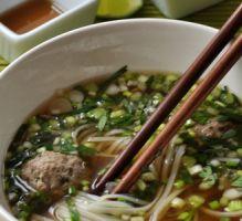 Pho vietnamien : bouillon de bœuf, nouilles de riz, herbes fraîches et boulettes de bœuf - Proposée par 750 grammes