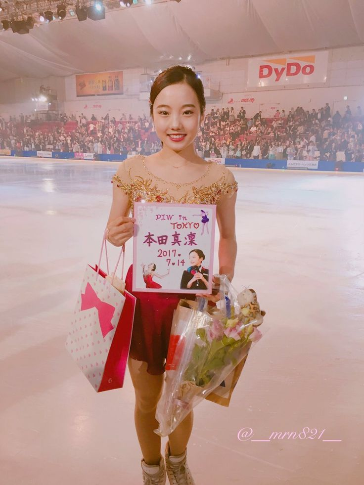 フィギュアスケートのアイスショー「プリンスアイスワールド 2017」東京公演(14日、ダイドードリンコアイスアリーナ)に本田真凜(15=関大高)が出演した。 今季のフリー「トゥーランドット」を披露。あでやかな赤の衣装を身にまとい、しなやかに演技した。また、別のプログラムではプリンスホテルのパティシエの制服、帽子姿で滑走。長い帽子をかぶりながらジャンプやスピンを披露し、観客を沸かせた。 開演に先立ち行われた会見では、2006年トリノ五輪で同曲を使用し金メダルを獲得した荒川静香(35)と同席。「荒川さんの五輪の演技を見て、オリンピックを目指したいと思った。力強く、美しいプログラムが作れるよう練習したい」(本田)と憧れの大先輩の前で意気込んでいた。 ソース https://headlines.yahoo.co.jp/heb-spo  https://twitter.com/asahi_photo/status/885774484455661569  https://youtu.be...