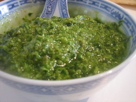 Salsa verde. Prezzemolo olio aglio acciughe mollica tuorlo sodo aceto capperi.