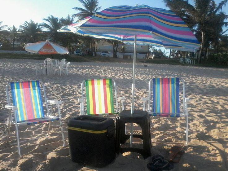 cadeiras de praia, sombreiro, caixa térmica ou cooler, banco plástico.