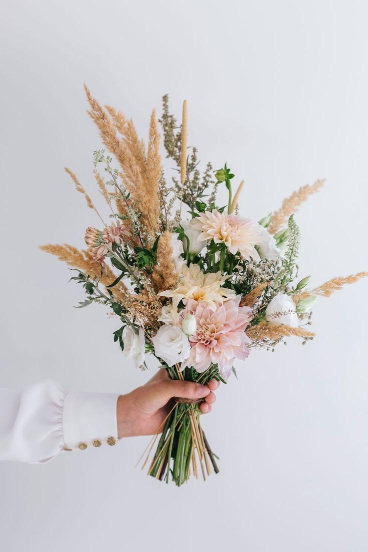 Hoe prachtig is dit bruidsboeket Wilde bloemen voor je bruiloft zijn echt mijn favoriet Check de site voor meer fotos Foto Yara Photography