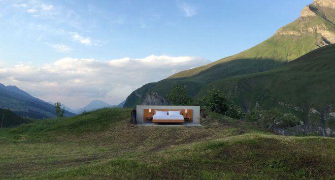 In Svizzera c'è un hotel senza pareti, per dormire e svegliarsi davvero in mezzo alla natura