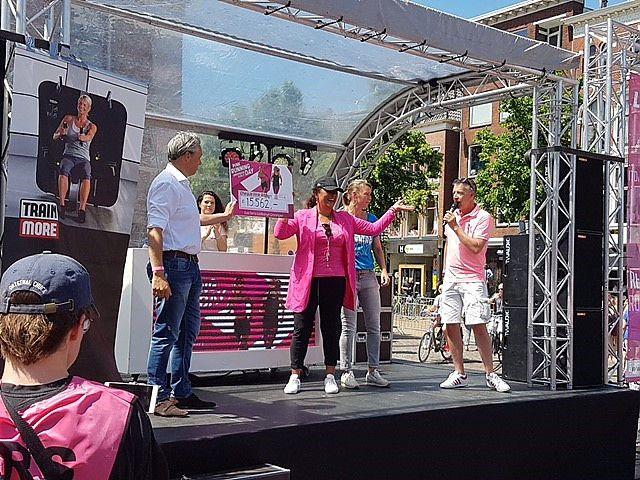 Grace Bregman, ambassadeur van Pink Ribbon, heeft gisteren en cheque uitgereikt gekregen van bijna 18.000 euro. Dat was het bedrag dat de deelneemsters aan de GasTerra Ladiesrun Groningen gisteren samen hadden ingezameld.