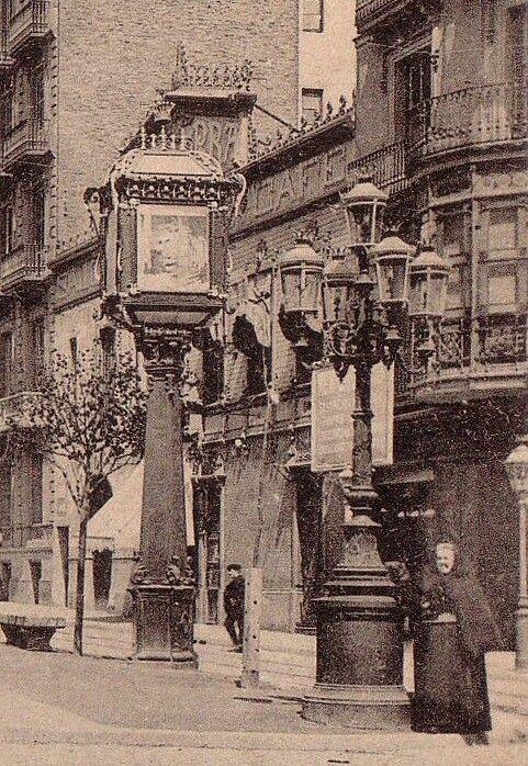 1897. Fanal anunci a Rambla Catalunya davant del Salón Alhambra Café. #Barcelona