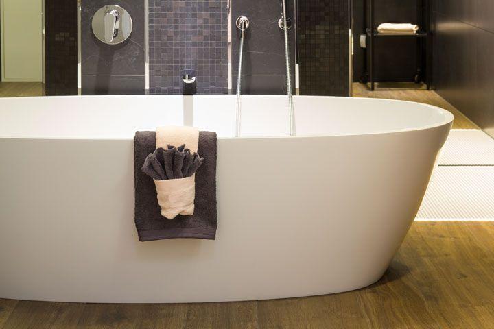 Eine traumhafte Badewanne in einem tollen Ambiente - passend dazu natürlich auch schick gefaltete Handtücher. So können Gäste empfangen werden!