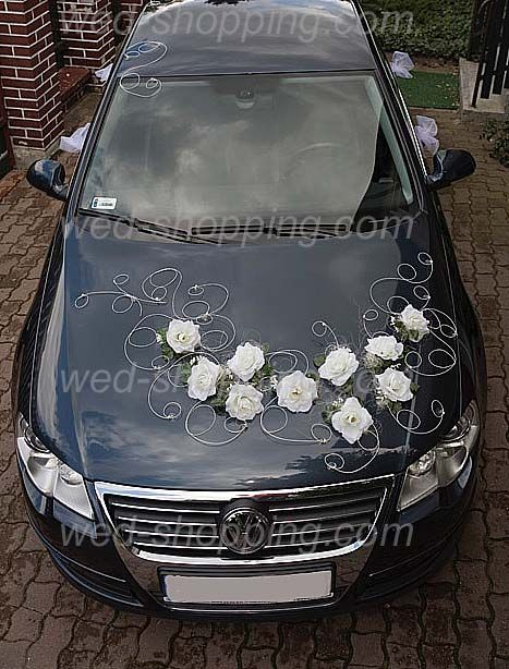 Décoration voiture de mariage roses blanches