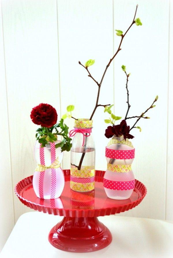 Kleine Vasen aus Smoothieflaschen