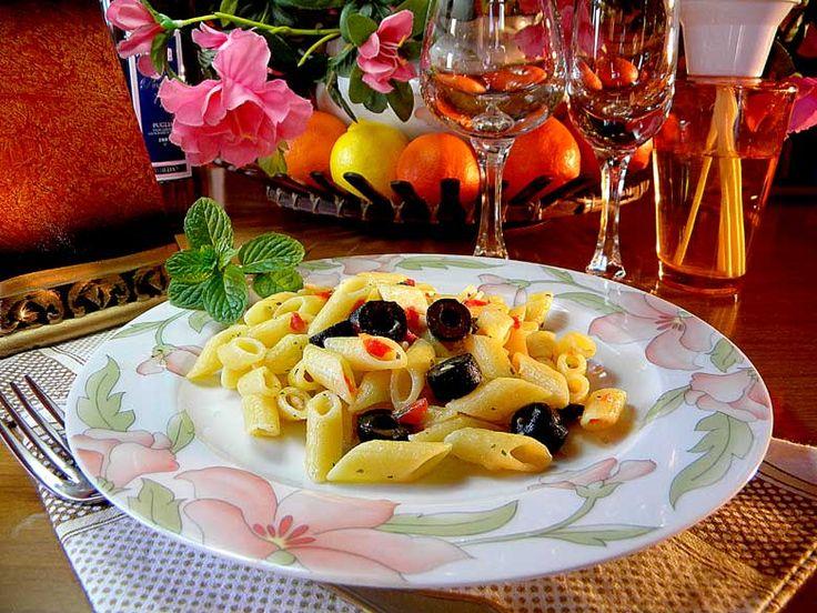 Mezze penne al peperoncino e olive   Un piatto estremamente semplice con un condimento piccante a base di peperoncino sminuzzato e olive denocciolate.