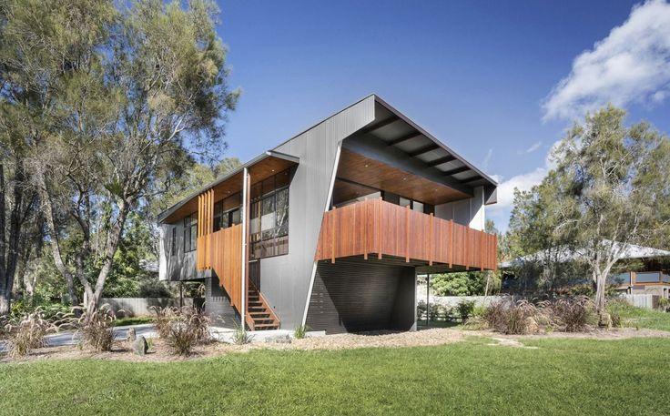 Пример отделки металлического загородного дома пестрого цвета в современном стиле