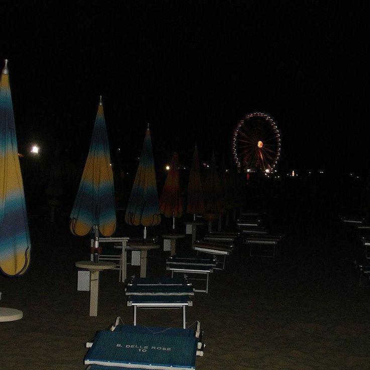 Как выбрать зонтик на море. Итак вы на пляже что лучше выбрать: зонтик на первой линии или подальше от моря? Зонтик на первой линии обойдется дороже. Зонтики первой линии стоят не у самой воды от зонтика до моря порядочное пространство где гуляют отдыхающие дети строят замки из песка играют в мяч фрисби запускают воздушных змеев...Во второй половине дня на Адриатике как правило поднимается ветер. Отдыхающие с радостью воспринимают легкий ветерок после жары в июле и августе. А вот в июне и…