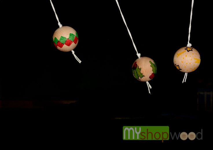 Far divertire i bambini è semplicissimo 4 colori 3 sfere e la giornata vola. Queste sfere sono state realizzate dai bambini della scuola elementare. #bambino #gioco #decorare #legno #sferalegno #giochidiunavolta #fattoamano #decupage #ideecreative #nuoveidee #palline #palledilegno #myshopwood.com