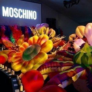 Психоделическое шоу Moschino Resort 2017: сын Синди Кроуфорд Пресли Гербер, лучшие топ-модели и гей-прайд на подиуме в Лос-Анджелесе http://womenbox.net/fashion/psixodelicheskoe-shou-moschino-resort-2017-syn-sindi-krouford-presli-gerber-luchshie-top-modeli-i-gej-prajd-na-podiume-v-los-andzhelese/  4 5 1 Лос-Анджелес и его полубогемная среда 60-х стали вдохновением для новой коллекции Moschino Resort 2017, устроенного Джереми Скоттом. Яркое, цветастое, на грани китча и безвкусицы, шоу побило…