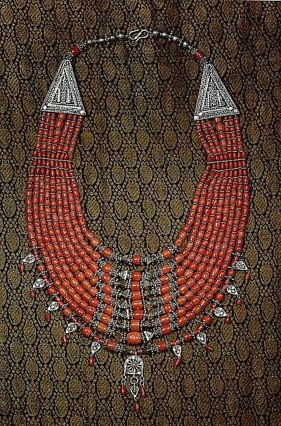 Mediterranean Coral and silver necklace from Yemen, 20th Century. | {Lezem, collana in corallo mediterraneo e argento, manifattura yemenita del XXs } Second half is the original text which I translated using Google translate.