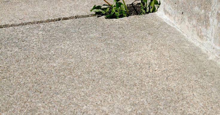 Maneiras naturais de matar ervas daninhas com bicarbonato de sódio e vinagre