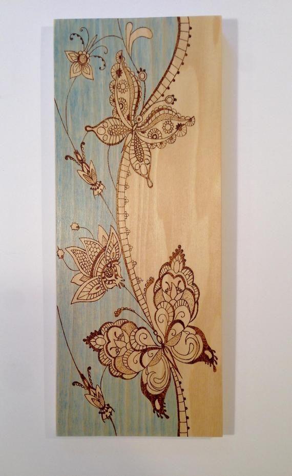 Hölzerne Kunst der Schmetterlinge und der Blumen – Holz brannte Kunst – blauen …