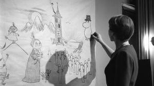 Tove Jansson piirtää muumihahmoja Tove Jansson 100v.