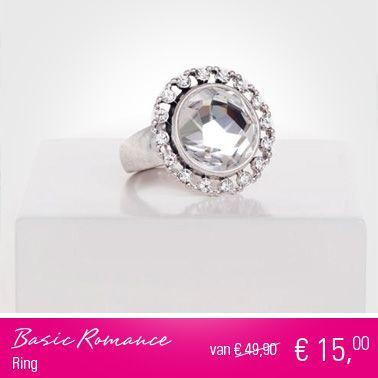 Mooie sierlijke ring (one-size) met opvallend helder met de hand gekloofde en gepolijste 14mm glassteen. Totale diameter van de ring is 24mm. De rijk versierde rand van de ring bevat wel 16 Swarovski kristallen. $15.00 euro