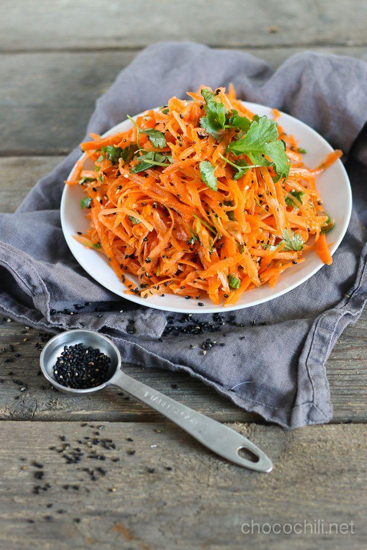Korianterilla, seesaminsiemenillä ja sitrushedelmien mehulla tuunattu porkkanaraaste on superhyvää juuri nyt! Kasa ihan tavallista porkkanaraastetta löytyy lautaseltani monta kertaa viikossa. Se on edullinen ja helppo tapa lisätä kasviksia lautaselle. Porkkanaraasteen saa kuitenkin pienellä tuunauksella uusiin ulottuvuuksiin. Lainasin reseptiin mallia Jamie Oliverilta , ja lopputuloksena oli todella hyvä ja raikas salaatti kauden edullisista raaka-aineista. Appelsiinit ovat juuri nyt…  Lue…