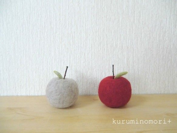 羊毛フェルトでりんごの置物を作りました。赤と灰色の2個セットです。羊毛を丁寧にちくちく刺して作ってあります。茎の部分は小枝を使ってあります。インテリアにどうで...|ハンドメイド、手作り、手仕事品の通販・販売・購入ならCreema。