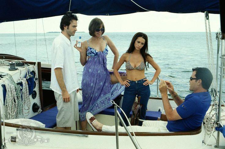 Sigourney Weaver, Ray Liotta, Jennifer Love Hewitt, and Jason Lee in Heartbreakers (2001) http://www.movpins.com/dHQwMTI1MDIy/heartbreakers-(2001)/still-840533248