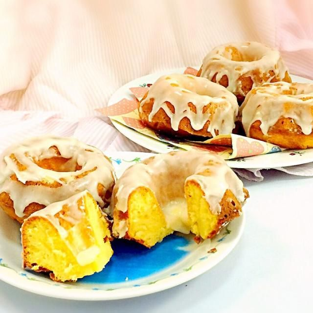 ミニクグロフで焼いた、砂のケーキ リコッタチーズとレモンを入れて、アイシングもレモンでスッキリと。 - 67件のもぐもぐ - リコッタチーズとレモンのサバイオーネ、クグロフ by De trois,M   クックパッド料理教室稲城校