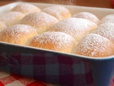 Myslím, že neznám lepší pochoutku, která dokáže tolik provonět a zútulnit domov jako právě kynuté buchty. Krásně nadýchané obláčky plněné mákem, sypané cukrem a pokapané rumem, mmmmm. A navíc jsou úplně snadné. Vyzkoušejte je. :) Na klasický pekáč si připravte: 20g droždí 250ml mléka 50g krupicového cukru 500g hladké mouky špetku soli kůru z jednoho …