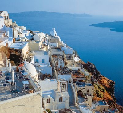 Maisons suspendues sur une falaise de Santorini. #croisière #croisierenet.com #voyage #ilesgrecques #grêce #croisièreméditerannée
