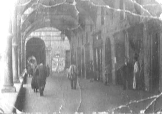 Nella foto della nonna il portico dei Servi in strada Maggiore nella parte finale vicino a via dei Bersaglieri.    foto di M Cristina Roncarelli