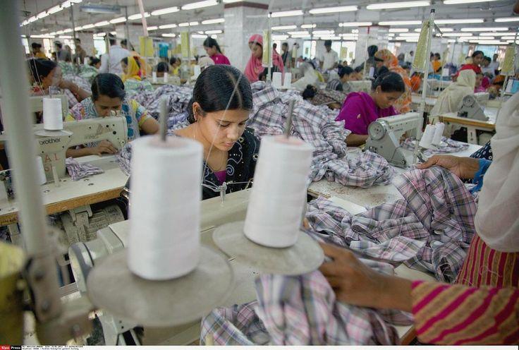 """""""Une interview d'une jeune Chinoise de 16 ans, Li, est édifiante : « Ma vie, c'est l'usine », déclare-t-elle. Elle et ses 5 000 collègues travaillent 12 à 14 heures par jour, 6 jours par semaine, debout devant de gigantesques lignes d'assemblage, avec interdiction de parler. Li mange trois fois par jour à l'usine et dort 355 nuits par an dans les dortoirs de l'usine, des chambres de dix. Le tout, pour 50 euros par mois. Voilà ce que sont les conditions de vie des prolétaires du Tiers-monde."""""""