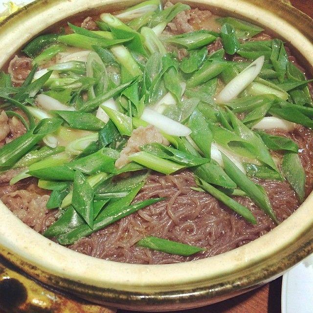 #夕ご飯#dinner#夜ごはん ・ 今日は周富徳さんの追悼料理。 15年位前にお母さんが周さんから習ったという『辛鍋』。 ごま油、一味唐辛子、ニンニク、牛肉、合わせ味噌、糸こんにゃく、ねぎのシンプルな鍋。 簡単で安くてうんまいんです♡  周さん、安らかに…  あっ、習ったといってもTVでやけどね(笑) ・ #辛鍋#周富徳#鰹のたたき#牛肉#ニンニク#一味唐辛子#合わせ味噌#糸こんにゃく#ねぎ#yummy#food#like4like#l4l#TV